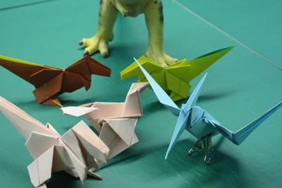 折り紙で作られた他の恐竜と一緒に撮影してみました